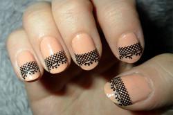 Короткие ногти с кружевным орнаментом