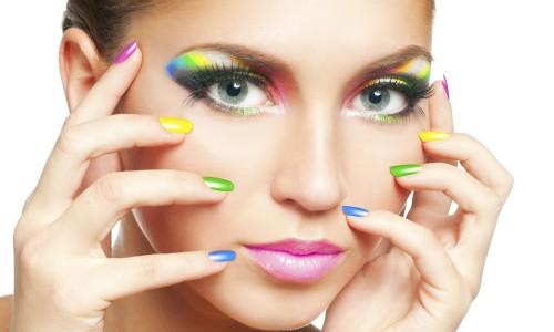 Девушка с маникюром радуга