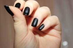Темный маникюр коротких ногтей