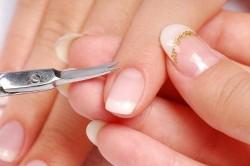 Удаление кутикулы маникюрными ножницами