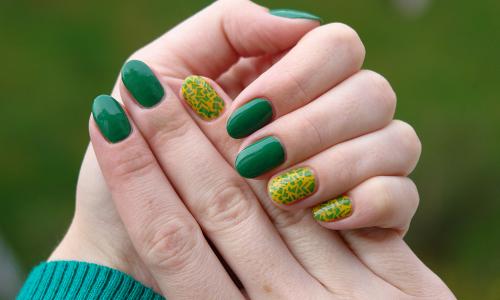 Подбор цветовой гаммы маникюра под зеленое платье