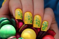 Желтый маникюр с зелеными узорами