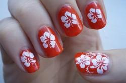 Однотонные цветы через трафарет на ногтях