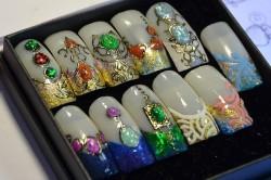 Рисунки на ногтях с жидкими камнями
