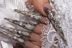 Свадебный маникюр с жидкими камнями