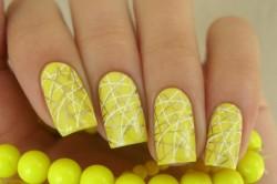 Желтый маникюр с рисунком на длинных ногтях