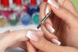 Наклеивание накладных ногтей в салоне красоты