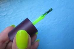 Нанесение неонового лака на ногти