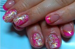 Рисунок 3. Цветные ногти с орнаментом