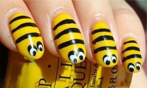 Маникюр с изображением пчел