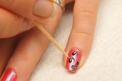 Рисунок на ногтях с помощью зубочистки