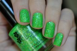 Зеленый лак с блестками