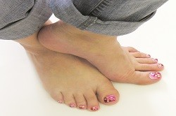 Яркий дизайн ногтей на ногах