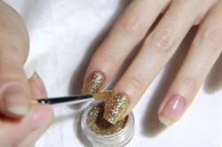 Нанесение золотого лака с блестками