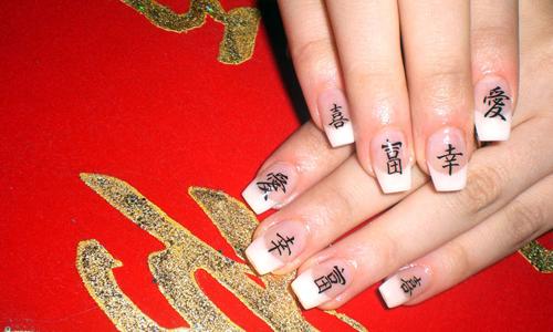 Ногти с иероглифами