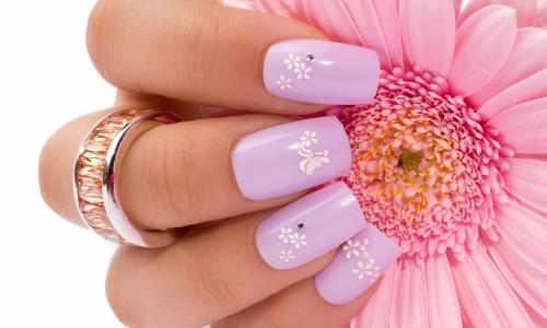 Мелкие цветы на ногтях