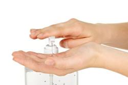 Дезинфекция рук перед наращиванием ногтей
