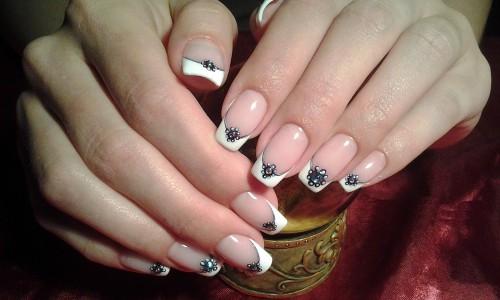 Красивые ногти белые со стразами