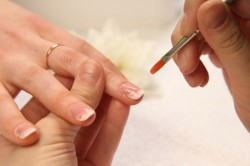 Нанесение геля на ногти
