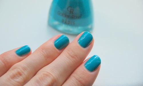 Голубой маникюр на ногтях