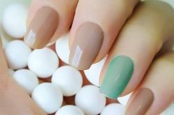 Безымянный палец накрашенный другим цветом