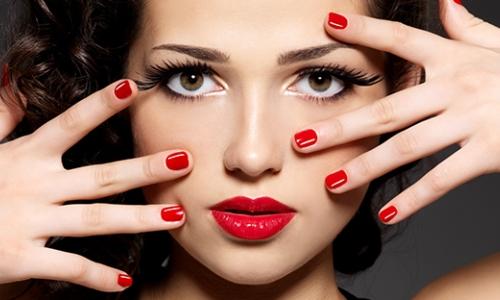 Модный европейский маникюр с красным покрытием