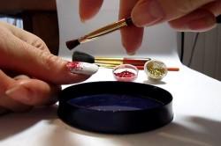 Нанесение блесток на ногти при помощи кисти