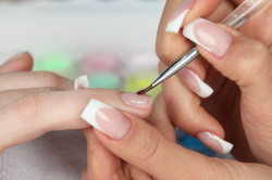 Нанесение блесток на ногти