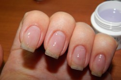 Одна из причин растрескивания гель лака - ломкие ногти
