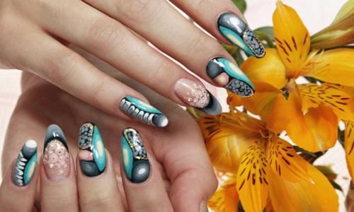 Абстрактный маникюр на ногтях