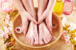Распаривание ног в теплой ванне