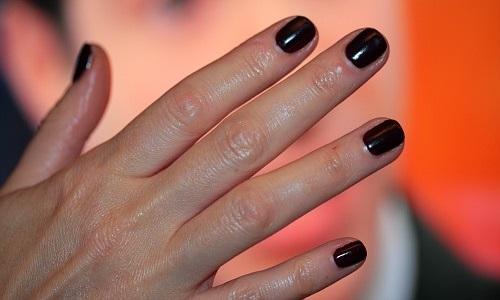 Шеллак на коротких ногтях