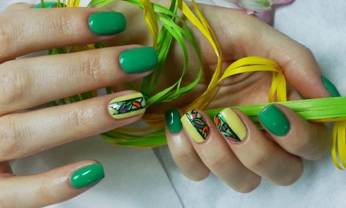 Зеленый лак на ногтях