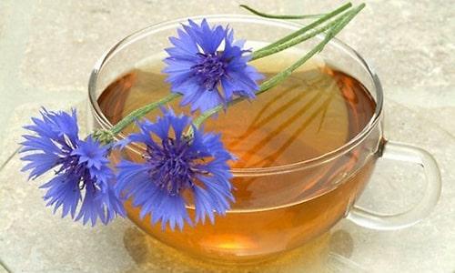 Отвар василька хорошо зарекомендовал себя в лечении пупочной грыжи, 3 ч. л. цветков заварить в 1 л кипятка и настаивать в течение часа, принимается по 3 раза по 100 мл до еды