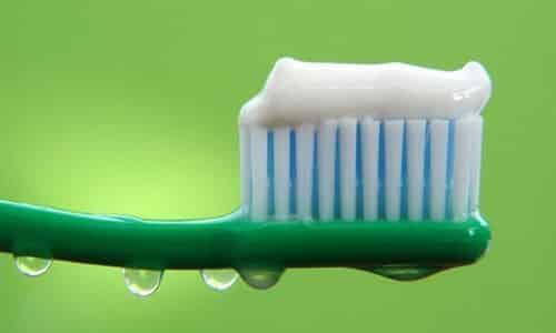 Благодаря составу зубной пасты поверхность кожи подсушивается, что и обеспечивает положительное действие