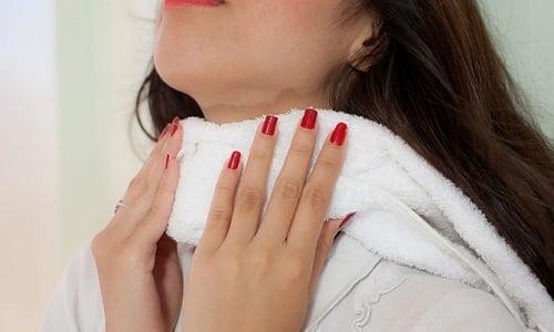 Махровое полотенце можно намочить в воде с поваренной солью, отжать и приложить к шее, укутав больное место шерстяным шарфом