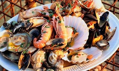 В привычном рационе ограничивают морепродукты. Они содержат вещества, необходимые для крепости позвоночника, но в больших количествах могут нанести вред здоровью пациента