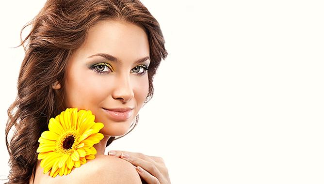 девушка с желтым цветком