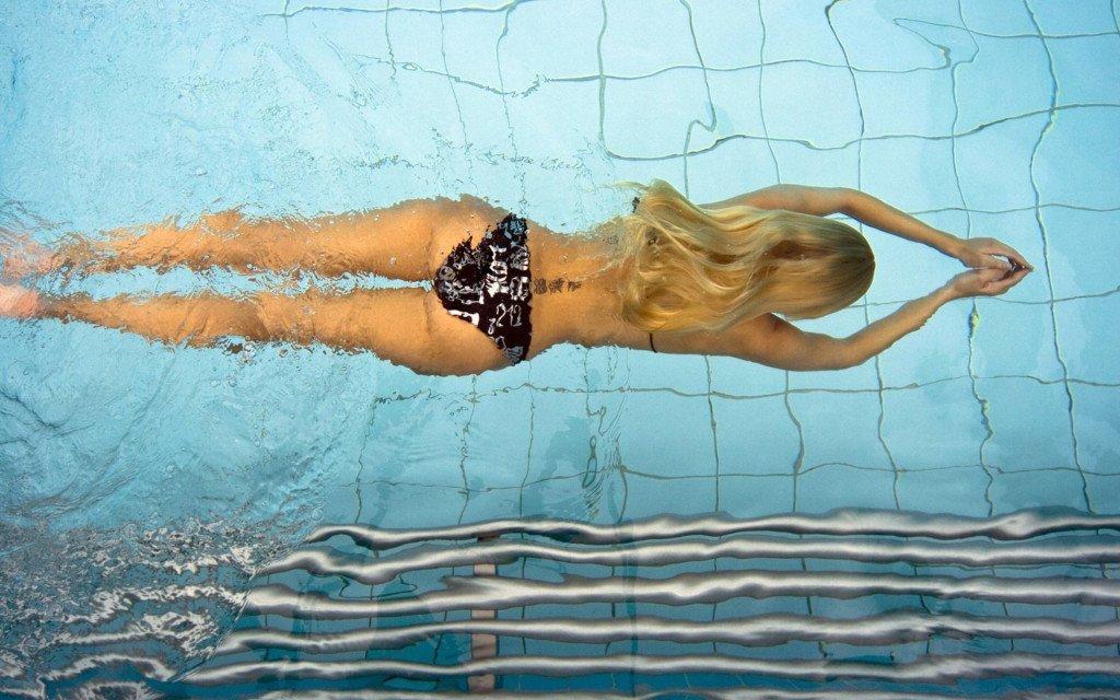 плавание в бассейне