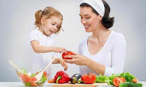 Для укрепления иммунитета нужно употреблять достаточное количество фруктов и овощей, вводить в рацион богатые витаминами продукты