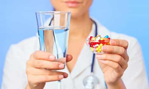 Совершать какие-либо действия, принимать любые обезболивающие препараты категорически запрещено
