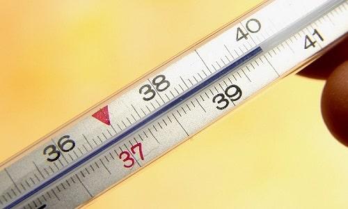 Герпес вызывает общее ухудшение самочувствия, что выражается в повышении температуры тела
