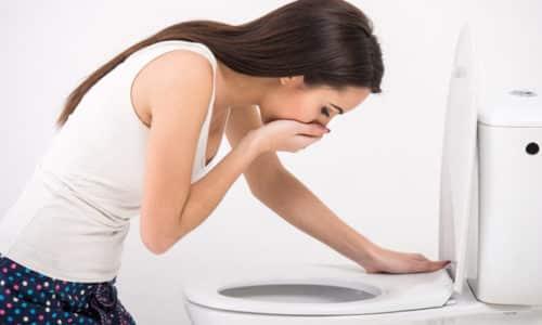Если ущемлению подверглись органы в петлях кишечника, у пациента будут присутствовать приступы тошноты и обильная рвота