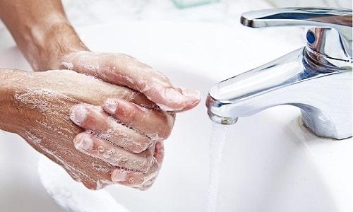 Чтобы избежать развития герпеса, при контакте с другими людьми необходимо тщательно мыть руки