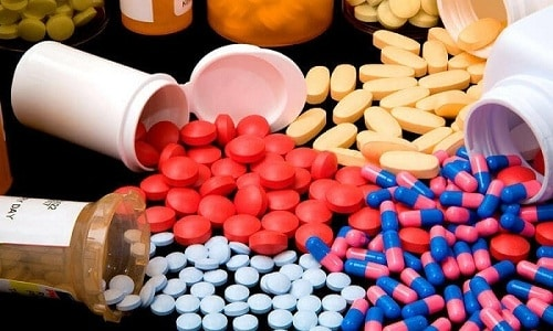 В случае выявления герпеса в анализах беременной могут назначить прием витаминов
