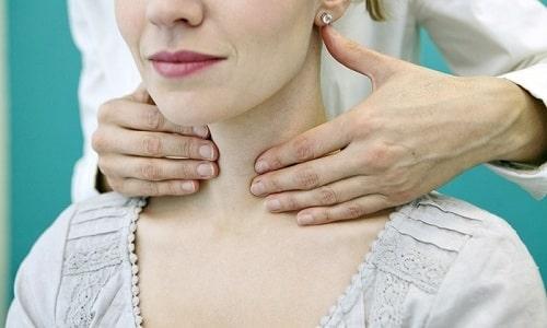 Врач может диагностировать наличие у больного крупного узла на щитовидке
