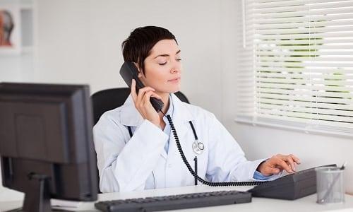 Лечением патологий щитовидной железы занимается врач-эндокринолог
